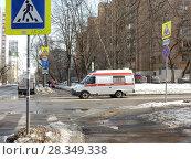 Купить «Автомобиль скорой медицинской помощи. 11-ая Парковая улица. Район Восточное Измайлово. Город Москва», эксклюзивное фото № 28349338, снято 4 апреля 2018 г. (c) lana1501 / Фотобанк Лори
