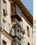 Купить «Фрагмент. Пяти–шестиэтажный кирпичный жилой дом (1955 год). Измайловский бульвар, 38. Район Измайлово. Город Москва», эксклюзивное фото № 28349346, снято 4 апреля 2018 г. (c) lana1501 / Фотобанк Лори