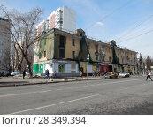 Купить «Москва. Трехэтажный нежилой расселенный дом. 9-я Парковая улица, 27. Район Измайлово», эксклюзивное фото № 28349394, снято 4 апреля 2018 г. (c) lana1501 / Фотобанк Лори