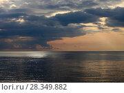 Купить «Красивый морской пейзаж с облаками над водой ранним утром», фото № 28349882, снято 24 августа 2017 г. (c) Яна Королёва / Фотобанк Лори