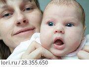 Купить «Женщина с ребёнком», фото № 28355650, снято 9 апреля 2011 г. (c) Акиньшин Владимир / Фотобанк Лори