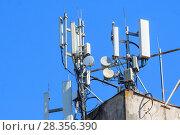 Купить «Антенны базовой станции оператора сотовой связи на крыше здания», фото № 28356390, снято 1 мая 2018 г. (c) Алексей Букреев / Фотобанк Лори