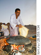 Купить «Bedouin man cooking bread on an open fire, Sinai Desert, Dahab,  Egypt. October 2008.», фото № 28359134, снято 19 июля 2018 г. (c) Nature Picture Library / Фотобанк Лори