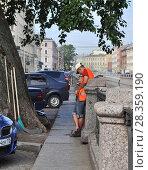 Купить «Утро.  Дворник  смотрит  в телефон.», фото № 28359190, снято 5 июля 2013 г. (c) Татьяна Чепикова / Фотобанк Лори