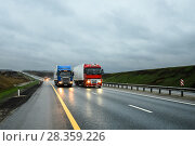Купить «Грузовики едут по шоссе в тёмное время суток», эксклюзивное фото № 28359226, снято 19 апреля 2018 г. (c) Игорь Низов / Фотобанк Лори