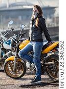 Купить «Девушка с повязкой на лице стоит у мотоцикла», фото № 28360562, снято 30 апреля 2018 г. (c) Кекяляйнен Андрей / Фотобанк Лори