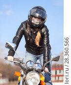 Купить «Женщина стантер катается стоя на подножках мотоцикла», фото № 28360566, снято 30 апреля 2018 г. (c) Кекяляйнен Андрей / Фотобанк Лори