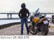 Купить «Девушка в шлеме рядом с мотоциклом на набережной», фото № 28360578, снято 30 апреля 2018 г. (c) Кекяляйнен Андрей / Фотобанк Лори
