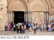 Купить «Туристы и паломники на площади перед входом в Храм Гроба Господня в Иерусалиме», фото № 28362810, снято 16 мая 2014 г. (c) Александр Гаценко / Фотобанк Лори