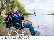 Купить «Рыбак поймал воблу на фидер. Фокус на рыбе», эксклюзивное фото № 28363550, снято 21 апреля 2018 г. (c) Игорь Низов / Фотобанк Лори