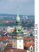 Башня старинной городской ратуши крупным планом. Брно, Чехия (2018 год). Стоковое фото, фотограф Виктор Карасев / Фотобанк Лори