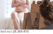 Купить «Young woman artists sketching nude model in bright drawing class», видеоролик № 28369410, снято 25 сентября 2018 г. (c) Константин Шишкин / Фотобанк Лори