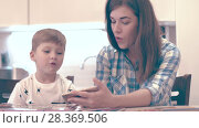 Купить «Young Woman And Little Boy Sing Song», видеоролик № 28369506, снято 14 декабря 2017 г. (c) Pavel Biryukov / Фотобанк Лори