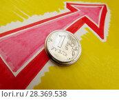 Концепция роста курса рубля. Стопка монет и нарисованная стрелка вверх. Стоковое фото, фотограф ViktoriiaMur / Фотобанк Лори