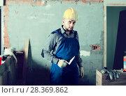 Купить «Plasterer is ready to plaster the walls at the object.», фото № 28369862, снято 3 июня 2017 г. (c) Яков Филимонов / Фотобанк Лори