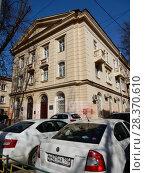 Купить «Трёхэтажный кирпичный двухподъездный жилой дом (построен в 1950 году). 1-я Парковая улица, 49. Район Измайлово. Город Москва», эксклюзивное фото № 28370610, снято 24 апреля 2018 г. (c) lana1501 / Фотобанк Лори