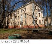 Купить «Трёхэтажный кирпичный трехподъездный жилой дом в стиле сталинского ампира (построен в 1954 году, индивидуальный проект). 1-я Парковая улица, 5-7. Район Измайлово. Москва», эксклюзивное фото № 28370634, снято 24 апреля 2018 г. (c) lana1501 / Фотобанк Лори