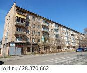 Купить «Пятиэтажный кирпичный четырехподъездный жилой дом серии I-511 (построен в 1962 году). 2-я Парковая улица, 13. Район Измайлово. Город Москва», эксклюзивное фото № 28370662, снято 24 апреля 2018 г. (c) lana1501 / Фотобанк Лори