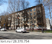 Купить «Пятиэтажный двухподъездный кирпичный жилой дом серии I-511, построен в 1964 году. 5-я Парковая улица, 5, корпус 3. Район Измайлово. Город Москва», эксклюзивное фото № 28370754, снято 24 апреля 2018 г. (c) lana1501 / Фотобанк Лори