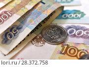 Купить «Российские монеты и купюры», эксклюзивное фото № 28372758, снято 7 мая 2018 г. (c) Юрий Морозов / Фотобанк Лори