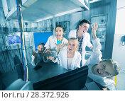 Купить «Parents and children depisting madness in quest room», фото № 28372926, снято 3 августа 2017 г. (c) Яков Филимонов / Фотобанк Лори