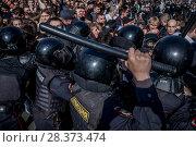 Купить «Полицейские убирают с проезжей части Страстного бульвара сторонников Алексея Навального во время несанкционированной акции в городе Москве, Россия, 5 мая 2018», фото № 28373474, снято 5 мая 2018 г. (c) Николай Винокуров / Фотобанк Лори
