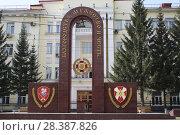 Купить «Монумент у здания МВД России Новосибирск», фото № 28387826, снято 2 мая 2018 г. (c) Андрей Чабан / Фотобанк Лори
