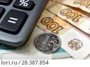 Купить «Российские деньги и калькулятор», эксклюзивное фото № 28387854, снято 7 мая 2018 г. (c) Юрий Морозов / Фотобанк Лори