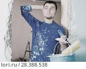 Купить «Confused contractor determining scope of work», фото № 28388538, снято 21 мая 2017 г. (c) Яков Филимонов / Фотобанк Лори