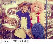 Купить «Young man with girlfriend trying on cowboy hat», фото № 28391434, снято 11 апреля 2017 г. (c) Яков Филимонов / Фотобанк Лори