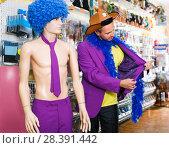 Купить «Laughing man is staying with comically dressed dummy», фото № 28391442, снято 11 апреля 2017 г. (c) Яков Филимонов / Фотобанк Лори