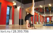 Купить «Attractive plastic woman performing pole dance elements on a pole», видеоролик № 28393706, снято 18 августа 2019 г. (c) Константин Шишкин / Фотобанк Лори