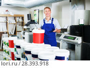 Купить «seller picking paint in store», фото № 28393918, снято 16 июня 2019 г. (c) Яков Филимонов / Фотобанк Лори
