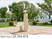 Купить ««Дама с собачкой» – новая скульптурная достопримечательность Геленджика.», фото № 28394474, снято 23 апреля 2018 г. (c) Игорь Архипов / Фотобанк Лори
