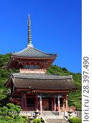 Купить «Западные ворота и трехъярусная пагода буддийского храмового комплекса Киёмидзу-дэра в Киото (Япония)», фото № 28397490, снято 1 сентября 2009 г. (c) Александр Гаценко / Фотобанк Лори