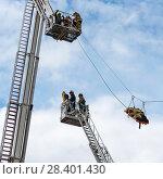Купить «Эвакуация пострадавшего. Бойцы пожарной охраны в люльках на выдвижных лестницах», эксклюзивное фото № 28401430, снято 24 июня 2017 г. (c) Александр Щепин / Фотобанк Лори