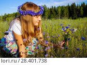 Купить «Девушка в венке из васильков среди цветов и бабочек на лугу в летний солнечный день», фото № 28401738, снято 12 декабря 2018 г. (c) Светлана Кузнецова / Фотобанк Лори