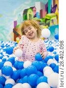 Купить «Восторженный ребенок в шарах на игровой площадке в торговом центре», фото № 28402098, снято 12 декабря 2018 г. (c) Светлана Кузнецова / Фотобанк Лори