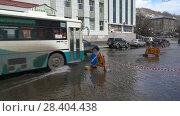 Купить «Автобус переезжает огромную лужу на улице города», видеоролик № 28404438, снято 12 мая 2018 г. (c) А. А. Пирагис / Фотобанк Лори