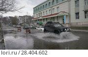 Купить «Автомашины проезжают по луже на улице города», видеоролик № 28404602, снято 12 мая 2018 г. (c) А. А. Пирагис / Фотобанк Лори