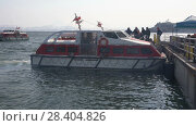 Купить «Пассажиры садятся на рейдовый катер круизного лайнере Norwegian Jewel», видеоролик № 28404826, снято 14 мая 2018 г. (c) А. А. Пирагис / Фотобанк Лори