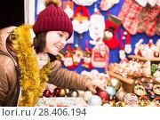 Купить «Portrait of teen girl with Christmas gifts», фото № 28406194, снято 12 декабря 2016 г. (c) Яков Филимонов / Фотобанк Лори