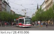 Купить «Современный трамвай отходит от остановки. Брно, Чехия», видеоролик № 28410006, снято 24 апреля 2018 г. (c) Виктор Карасев / Фотобанк Лори