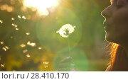 Купить «Woman Blow on a Dandelion», видеоролик № 28410170, снято 12 мая 2018 г. (c) Илья Шаматура / Фотобанк Лори