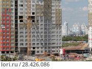 Купить «Строящийся новый жилой комплекс в районе Мякинино с видом на город Красногорск (2018 год)», эксклюзивное фото № 28426086, снято 13 мая 2018 г. (c) Дмитрий Неумоин / Фотобанк Лори