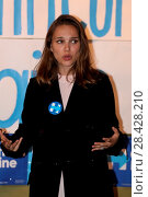 Купить «Natalie Portman addressing a voter registration rally in Ardmore, Philadelphia, Pennsylvania, ahead of the U.S. Presidential election in November 2016...», фото № 28428210, снято 10 октября 2016 г. (c) age Fotostock / Фотобанк Лори