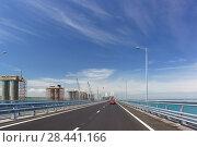 Автомобили едут по новому Крымскому мосту, соединяющему берега Керченского пролива. Рядом ведется строительство железнодорожного моста. Май 2018 года. Стоковое фото, фотограф Наталья Гармашева / Фотобанк Лори