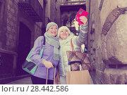 Elderly women tourists making selfie with phone. Стоковое фото, фотограф Яков Филимонов / Фотобанк Лори
