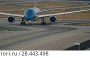 Купить «Boeing 787 taxiing after landing», видеоролик № 28443498, снято 19 июля 2017 г. (c) Игорь Жоров / Фотобанк Лори