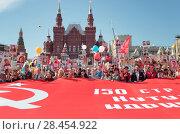 Купить «Москва, люди несут большой красный флаг на Красной площади 9 мая 2018 года», эксклюзивное фото № 28454922, снято 9 мая 2018 г. (c) Дмитрий Неумоин / Фотобанк Лори